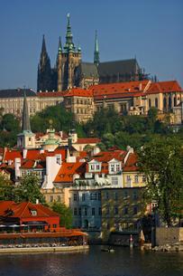 チェコ共和国 プラハの町並みとプラハ城の写真素材 [FYI00497562]