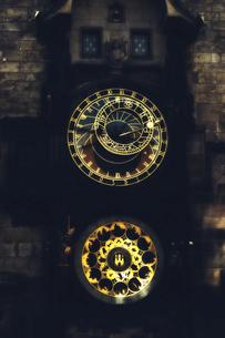 チェコ共和国 プラハの町並みと大時計の写真素材 [FYI00497565]