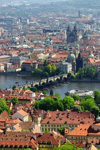 チェコ共和国プラハの街を見下ろす プラハ城の写真素材 [FYI00497579]