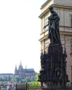 チェコ共和国プラハの街の彫刻とプラハ城の写真素材 [FYI00497581]