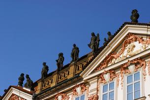チェコ共和国プラハの街の建物の屋根の上の彫刻の写真素材 [FYI00497589]