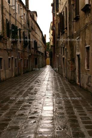 雨上がりのイタリア ベネチアの路地裏の素材 [FYI00497664]