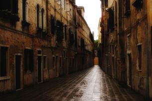 雨上がりのイタリア ベネチアの路地裏の素材 [FYI00497665]
