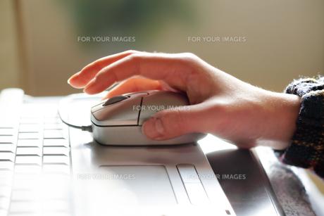 パソコンのマウスを握る手の写真素材 [FYI00497686]