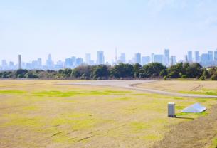 空き地と東京の高層ビル群の写真素材 [FYI00497791]