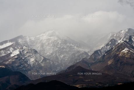 雪の積もった山の写真素材 [FYI00497799]