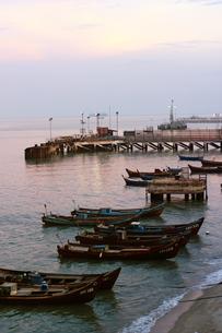 マレーシア ペナン島行きのフェリー乗り場の早朝の光景の写真素材 [FYI00497834]