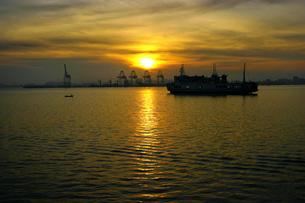 マレーシア ペナン島行きのフェリーからの早朝の光景の写真素材 [FYI00497836]
