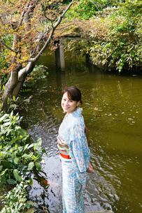 池の鯉と着物の日本人女性の写真素材 [FYI00497839]