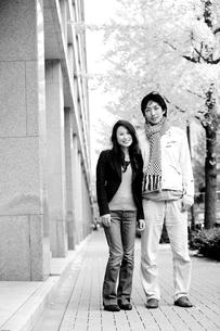 紅葉に染まる街とカップルの写真素材 [FYI00497869]