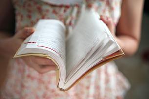 女性が本をパラパラとめくる様子の写真素材 [FYI00497910]