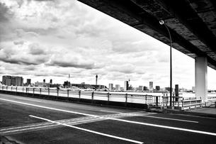 葛西橋から望むビル群と空の写真素材 [FYI00497975]