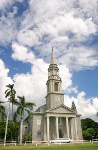 ハワイオアフ島、セントラルユニオン教会と青空の写真素材 [FYI00498037]