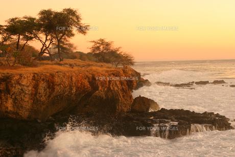 ハワイオアフ島、マカハ地区の夕焼けの様子と波しぶきの素材 [FYI00498044]