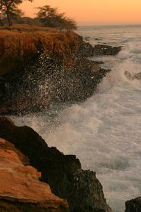 ハワイオアフ島、マカハ地区の夕焼けの様子と波しぶきの素材 [FYI00498045]