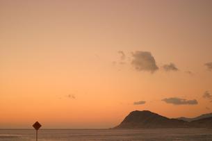 ハワイオアフ島、マカハ地区の夕焼けの様子の素材 [FYI00498047]