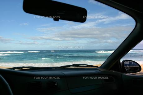 オアフ島、サンセットビーチを車の中から望むの素材 [FYI00498091]