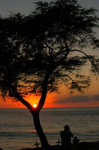 ハワイオアフ島、マカハ地区の日没の様子の写真素材 [FYI00498094]
