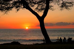 ハワイオアフ島、マカハ地区の日没の様子の写真素材 [FYI00498095]
