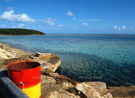 カラフルなゴミ箱ときれいな海の写真素材 [FYI00498157]