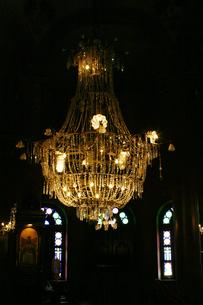 エジプト オールドカイロの町の教会の中のシャンデリアの写真素材 [FYI00498175]