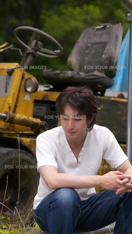 フォークリフトと座り込む男性の写真素材 [FYI00498334]