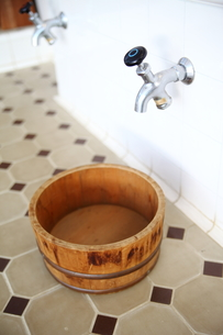風呂桶と蛇口の写真素材 [FYI00498393]