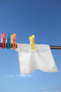 青空と洗濯ばさみと白いタオルの写真素材 [FYI00498414]