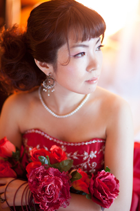 赤いドレスを着た女性の写真素材 [FYI00498502]