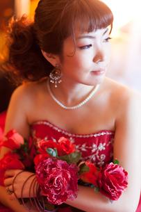 赤いドレスを着た女性の写真素材 [FYI00498503]