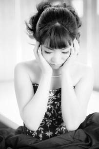 考える女性の写真素材 [FYI00498505]