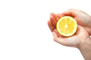 レモンの輪切りを手に乗せるの写真素材 [FYI00498597]