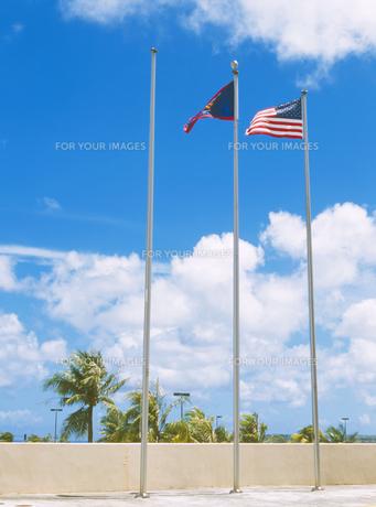 アメリカ国旗とグアムの旗の写真素材 [FYI00498770]