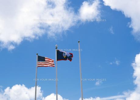 アメリカ国旗とグアム島の旗の写真素材 [FYI00498771]
