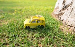 結婚指輪と黄色い車の素材 [FYI00499001]