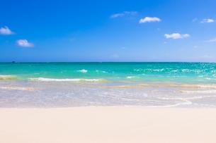 青い海と青い空と白い雲の素材 [FYI00499043]