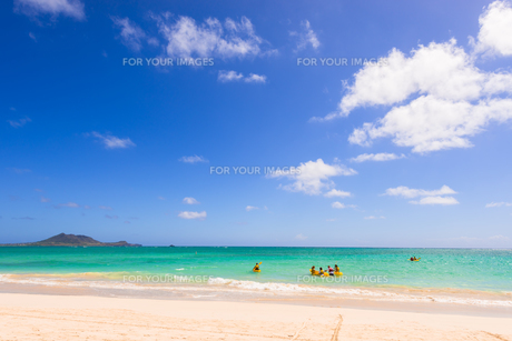 青い海と青い空と白い雲 カイルアビーチの素材 [FYI00499053]