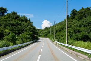 道路と入道雲の素材 [FYI00499061]