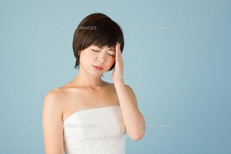 頭痛に苦しむ女性 花嫁の素材 [FYI00499090]