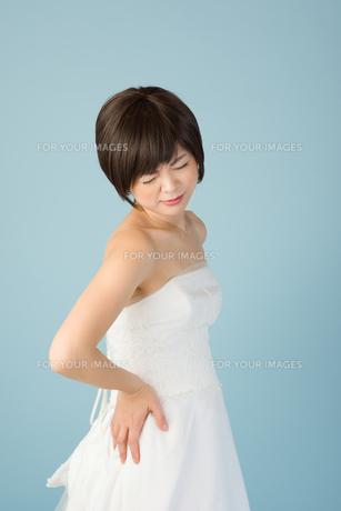 腰痛に苦しむ女性 花嫁の素材 [FYI00499091]