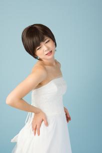 腰痛に苦しむ女性 花嫁の素材 [FYI00499096]