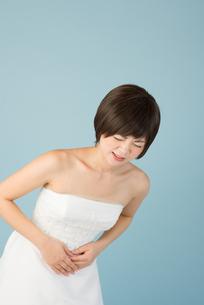 腹痛に苦しむ女性 花嫁の素材 [FYI00499097]