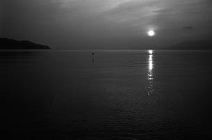 朝日、モノクロ2の写真素材 [FYI00499149]