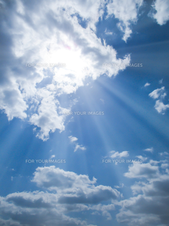 青空と太陽の写真素材 [FYI00542168]