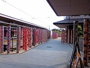 雅びな嵐電嵐山駅プラットホームの写真素材 [FYI00542217]