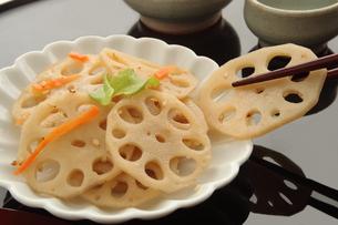 蓮根のきんぴらと日本酒の写真素材 [FYI00542383]