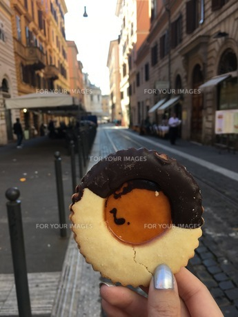 クッキーと街の写真素材 [FYI00542758]