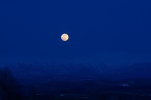 残雪の山並みと月の出の写真素材 [FYI00542782]