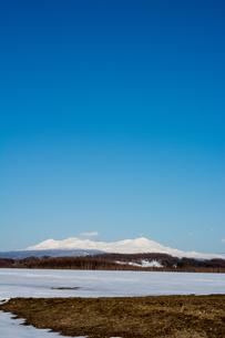 春の雪山と青空の写真素材 [FYI00542805]