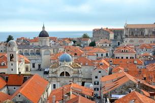 クロアチアのドゥブロブニクのオレンジ屋根が美しい街並の写真素材 [FYI00543847]